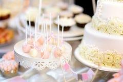 Beaux desserts, bonbons et table de sucrerie à la réception de mariage Images libres de droits