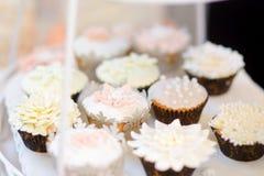 Beaux desserts, bonbons et table de sucrerie à la réception de mariage Photo stock
