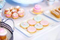 Beaux desserts, bonbons et table de sucrerie à la réception de mariage Image libre de droits