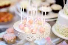 Beaux desserts, bonbons et table de sucrerie à la réception de mariage Photographie stock