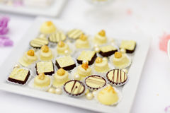 Beaux desserts, bonbons et table de sucrerie Photographie stock libre de droits