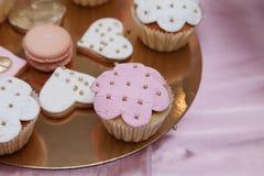 Beaux desserts et petits gâteaux roses et blancs Photographie stock