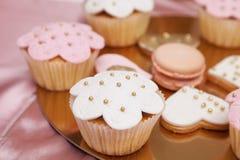 Beaux desserts et petits gâteaux roses et blancs Photos libres de droits