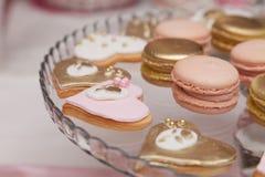 Beaux desserts et petits gâteaux roses et blancs Image stock