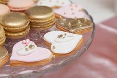 Beaux desserts et petits gâteaux roses et blancs Image libre de droits