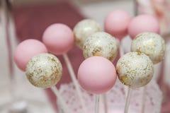 Beaux desserts et petits gâteaux roses et blancs Images stock