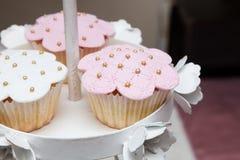 Beaux desserts et petits gâteaux roses et blancs Photo stock