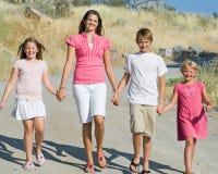 Beaux enfants marchant dans les montagnes Images stock