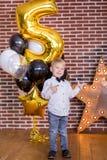 Beaux enfants, petits garçons célébrant l'anniversaire et soufflant des bougies sur le gâteau cuit au four fait maison, d'intérie Images stock
