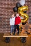 Beaux enfants, petits garçons célébrant l'anniversaire et soufflant des bougies sur le gâteau cuit au four fait maison, d'intérie Photos libres de droits