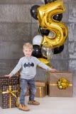 Beaux enfants, petits garçons célébrant l'anniversaire et soufflant des bougies sur le gâteau cuit au four fait maison, d'intérie Photographie stock
