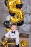 Beaux enfants, petits garçons célébrant l'anniversaire et soufflant des bougies sur le gâteau cuit au four fait maison, d'intérie Images libres de droits