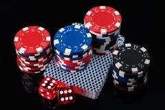 Beaux ensemble, cartes et jetons de poker de matrices sur un fond noir Photographie stock