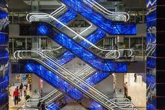 Beaux escalators rougeoyants dans l'Européen de centre commercial Images libres de droits