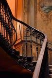 Beaux escaliers dans la vieille maison de Tbilisi photographie stock