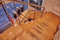 Beaux escaliers en bois avec la balustrade en métal et trois mannequins dans la fenêtre de boutique au fond de la rue à Toledo Images stock