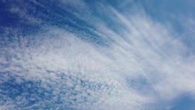 Beaux et détendants nuages et cirrus pelucheux de laps de temps se déplaçant et croisant banque de vidéos