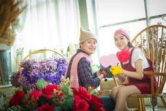 Beaux et gais jeunes couples en cadeau de offre d'amour à l'eac Photographie stock libre de droits