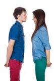 Beaux et jeunes couples affectueux, se tenant vis-à-vis de l'un l'autre Images libres de droits
