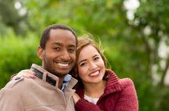 Beaux et souriants jeunes couples interraciaux heureux en parc dedans dehors Images libres de droits