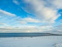 Beaux falaise et lac pendant l'hiver en Islande Image stock