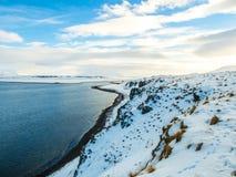 Beaux falaise et lac pendant l'hiver en Islande Photos libres de droits