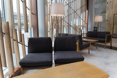 Beaux fauteuils confortables dans l'intérieur du café Chaises et tables photos stock