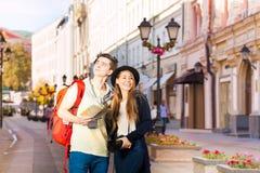 Beaux femme et homme comme touristes visitant le pays Photographie stock libre de droits