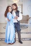 Beaux femme et homme de couples dans des vêtements médiévaux Photographie stock libre de droits