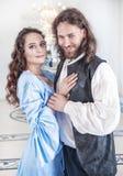 Beaux femme et homme de couples dans des vêtements médiévaux Photographie stock