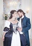 Beaux femme et homme de couples dans des vêtements médiévaux Images stock