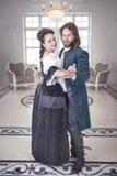 Beaux femme et homme de couples dans des vêtements médiévaux Image stock