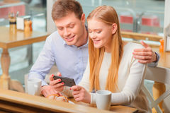 Beaux femme et homme en café Images stock