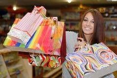Beaux femme et sacs à provisions de sourire heureux images stock