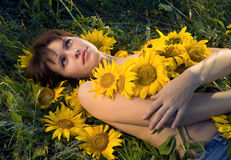 Beaux femme et tournesols Images stock