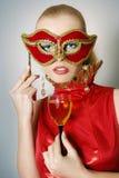 Beaux femmes avec du vin en verre Images libres de droits