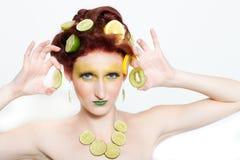 Beaux femmes avec la limette et le kiwi Images stock