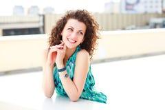 Beaux femmes avec le sourire de cheveu bouclé extérieur Photo stock