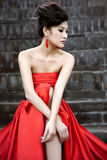 Beaux femmes avec le tissu rouge Photographie stock