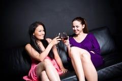 Beaux femmes buvant à une réception Photo libre de droits