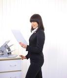 Beaux femmes d'affaires affichant des documents Photo stock