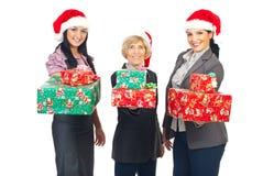 Beaux femmes d'affaires retenant des cadeaux de Noël images libres de droits