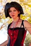 Beaux femmes d'une chevelure rouges dans le costume Photo stock