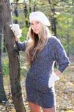 Beaux femmes dans le capuchon et les gants blancs Images stock