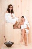 Beaux femmes dans un sauna image stock