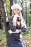 Beaux femmes de charme dans le capuchon et les gants blancs Photos libres de droits