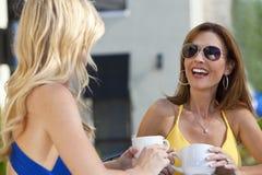 Beaux femmes riant et buvant du café Image stock