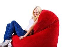 Beaux femmes sur le fauteuil de forme de coeur Images libres de droits