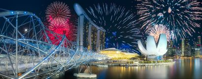 Beaux feux d'artifice au-dessus de baie de marina à Singapour image stock