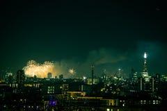 Beaux feux d'artifice au-dessus de Londres Nouvelles années d'Ève, vue de colline de point de Greenwich Photos stock